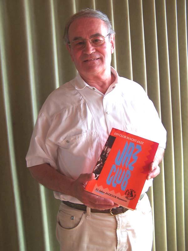 """Gerhard Evertz als Herausgeber des Buches """"Ein Club macht Jazz""""  im Auftrag des Jazz Club Hannover."""